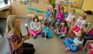детей учат слушать, знакомят с книгой