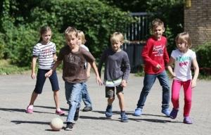 как научить ребенка общению со сверстниками