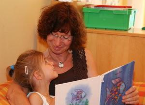дочка с мамой читают книгу